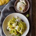 Tagliatelle con broccoli romaneschi, acciughe e burrata