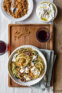 Spaghetti agli agretti con burrata e pangrattato alle acciughe