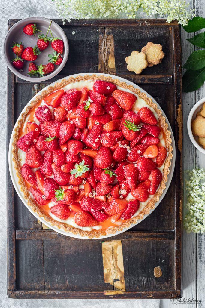Crostata alle fragole con crema ai fiori di sambuco